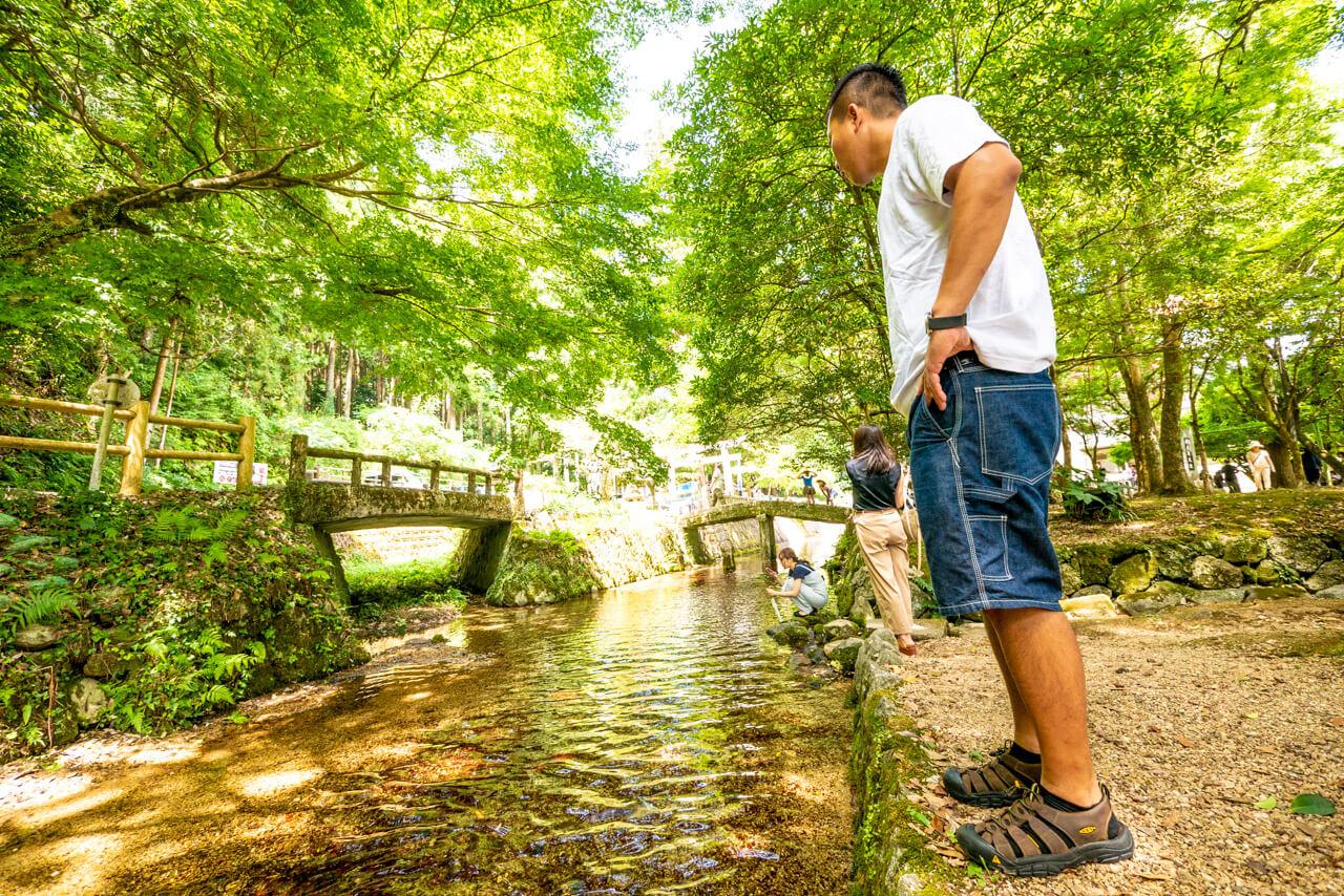 弁円池を眺める秋山尚登