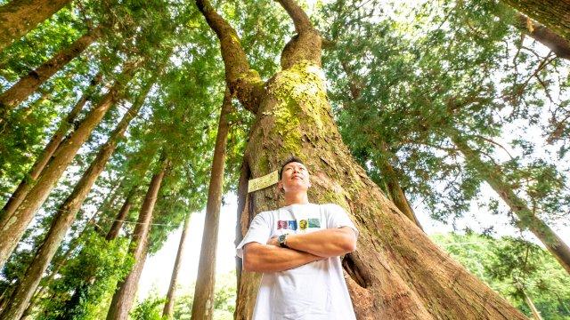 弁天池の巨樹群に立つ秋山尚登