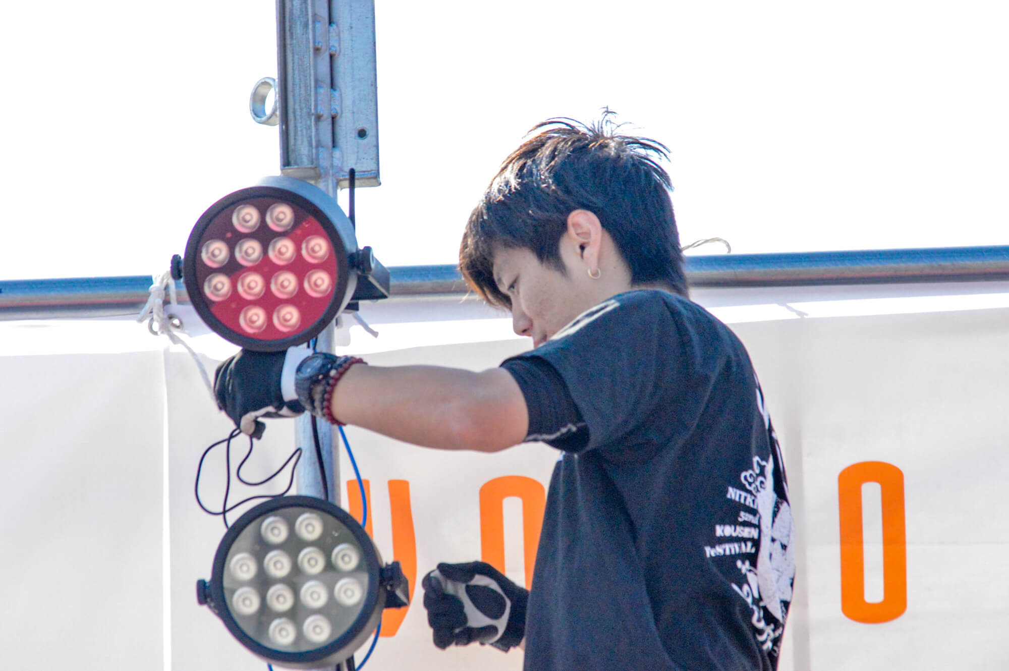 照明を設営する音響屋さん