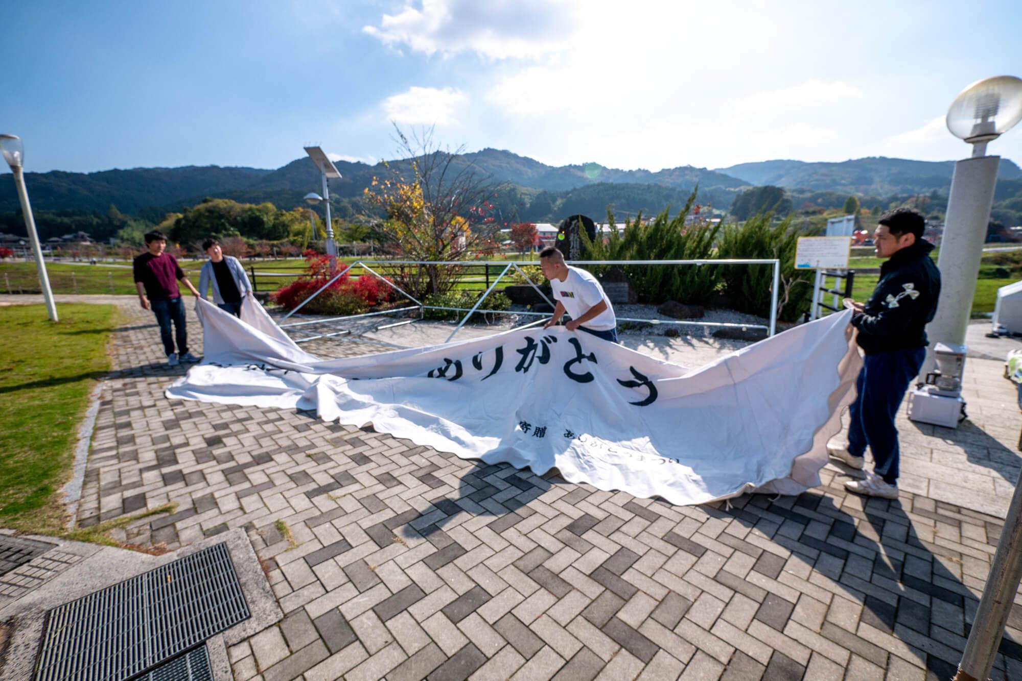 同級生とテントを設営する秋山尚登